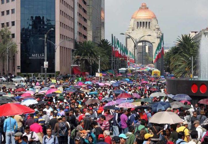 Algunos comerciantes aseguran que no soportarán un mes más de plantón de la CNTE en la zona del Monumento a la Revolución. (Notimex/Foto de archivo)