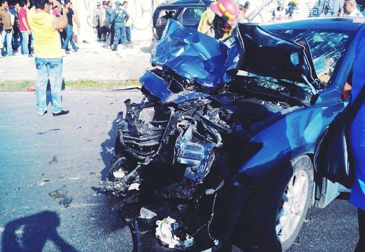 El accidente se registró en la avenida José López Portillo; dos personas resultaron prensadas. (Cortesía/Berta Vázquez)