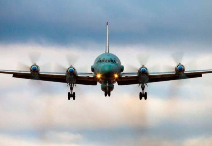 Oficiales de seguridad se dirigieron a la pista desde donde despegó este avión y tras inspeccionar el lugar, encontraron 'un cuerpo humano'. (Debate)