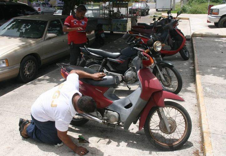 Elementos dela Policía Judicial de Cozumel emprendieron la búsqueda permanente de vehículos reportados como robados. (Irving Canul/SIPSE)
