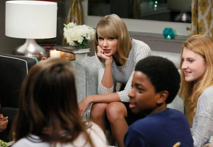 Taylor Swift se reunió con niños de escuelas públicas de Nueva York, y con otros 100 a través de computadora. (Foto: AP)