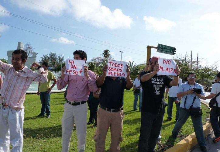 Las personas que se manifestaron portaban pancartas con consignas. (Jesús Tijerina/SIPSE)
