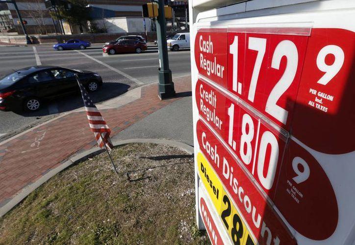 Un cartel en la ruta 21 en el centro de Newark, Nueva Jersey, una gasolinera ofrece su producto a 1.72 dólares el galón el 23 de enero del 2015. (Agencias)