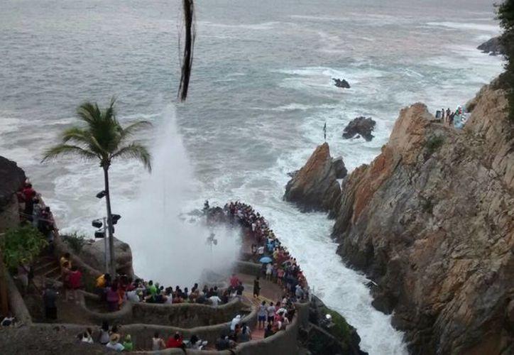 Por el fenómeno de mar de fondo cancelan espectáculo de clavadistas de la Quebrada, debido a la falta de medidas de seguridad ante el oleaje elevado. (Notimex)