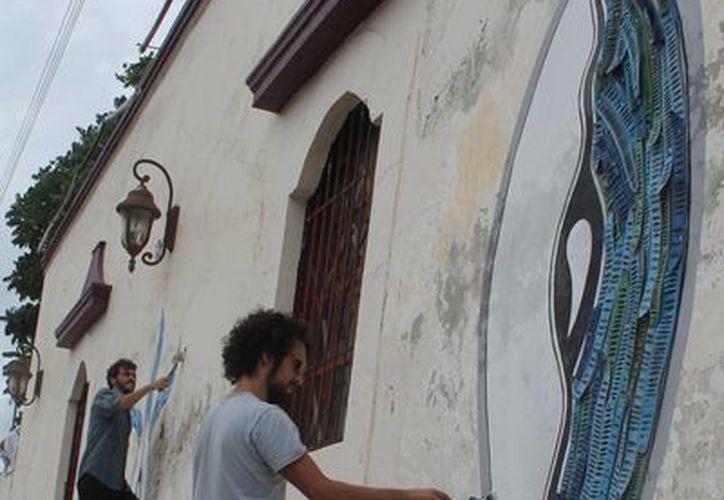 El artista Abraham Illescas Bernal ha plasmado sus tendencias artísticas en las paredes de La Casa Internacional del Escritor. (Archivo/SIPSE)