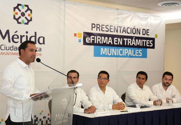 Mérida se coloca como una de las primeras ciudades del país en contar con firma electrónica del SAT. Hemos logrado mejorar y simplificar 211 trámites y 125 servicios que ofrece el Ayuntamiento, declaró el alcalde Mauricio Vila. (Foto cortesía del Ayuntamiento)