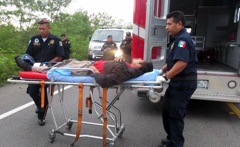El vehículo quedó fuera de control y salió de la carretera hasta terminar en el monte. Imagen de los paramédicos al auxilian a los heridos en el percance. (Milenio Novedades)
