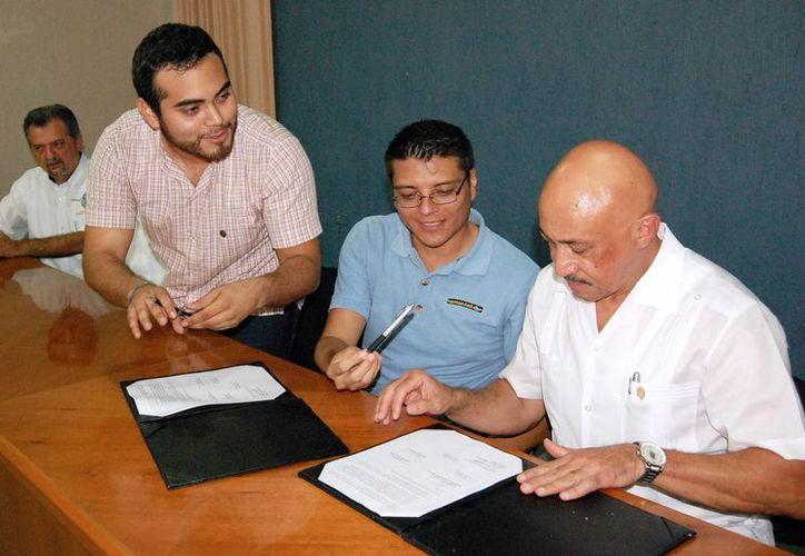 Representantes la Federación de Estudiantes de Yucatán y la institución de idiomas firmaron el convenio. (Milenio Novedades)
