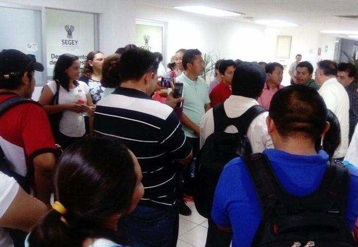 Maestros protestan por falta de pago de compensaciones, en el programa de Escuelas de Tiempo Completo. (Milenio Novedades)