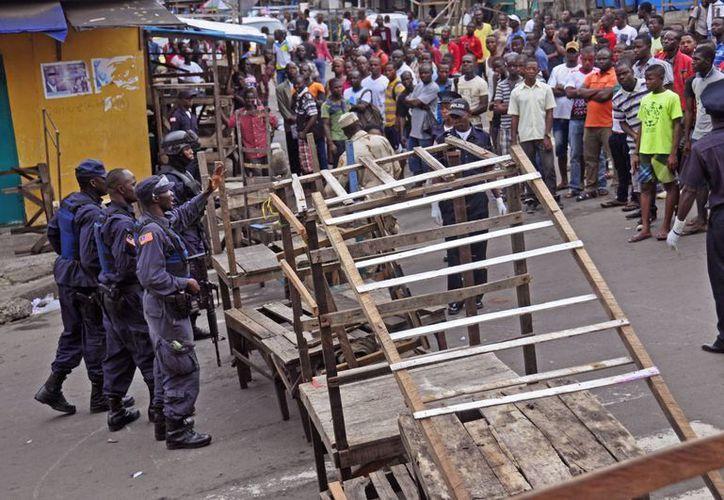 El toque de queda impuesto en liberia incluyó una cuarentena a la población de West Point, provincia de Margibi, donde los pobladores lanzaron piedras a los policía. (Foto: AP)
