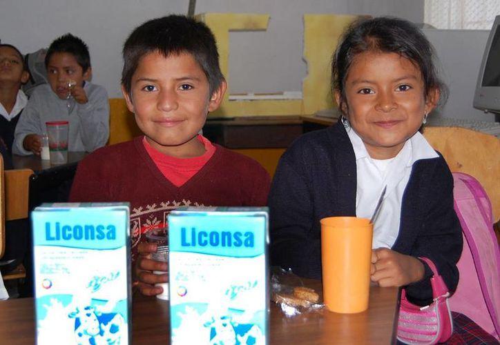 El programa de abasto social de leche es para niños, mujeres en periodo de gestación y lactancia; enfermos crónicos, personas con discapacidad y adultos mayores. (e-mexico.gob.mx)