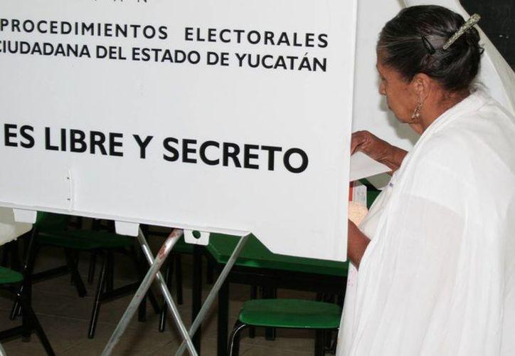 El vicefiscal especializado en Delitos Electorales, Júnior Arellano Santana, asegura que Yucatán es uno de los estados del país con menores problemas de tipo electoral. Imagen de una mujer al momento de votar en las pasadas elecciones. (Milenio Novedades)