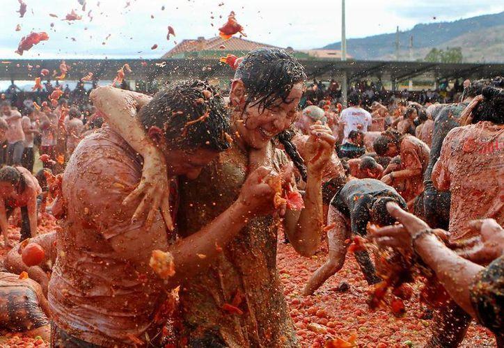 El estadio de fútbol de Sutamarchán fue escenario de la tomatina colombiana, fiesta inspirada en la mundialmente conocida tomatina de Buñol (España). (EFE)
