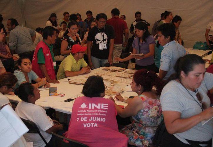 Representantes de partidos y personal del INE contaron paquetes voto por voto. (Consuelo Javier/SIPSE)