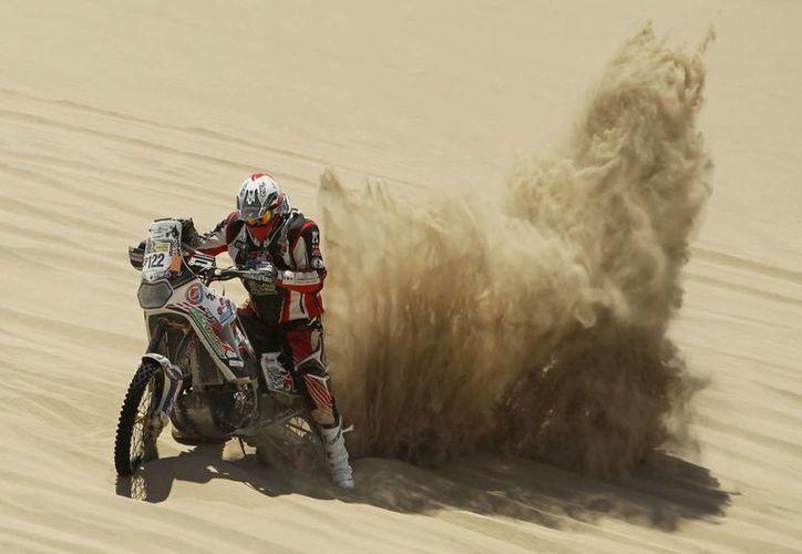 Se investigan las circunstancias y la causa de muerte del motociclista belga Eric Palante en el Rally Dakar. En la foto aparece al competir el 7 de enero durante la tercera etapa en Lima, Perú. (EFE/Archivo)