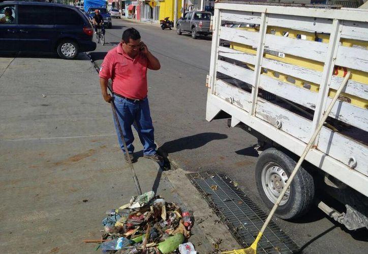 La limpieza se realizó en las calles del primer cuadro de la cabecera municipal. (Benjamin Pat/SIPSE)
