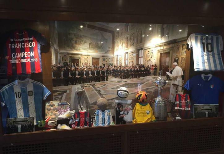 Casacas de Diego Maradona, Lionel Messi o Pelé forman parte de los Museos Vaticanos. (Notimex)