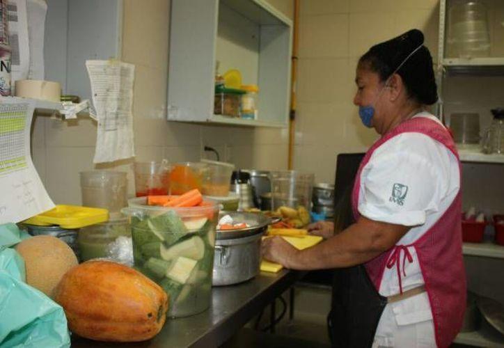 Los nuevos menús están enfocados a cocinar los alimentos con menos grasa. (Luis Soto/SIPSE)