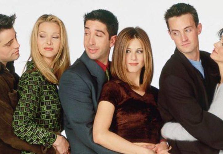 Matthew Perry (d), quien interpretó a Chandler Bing en la serie Friends, se perderá el reencuentro del reparto en honor al director James Burrows. (abcnews.go.com)