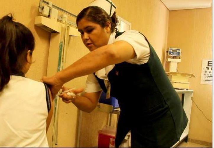 El sector Salud señala que la edad influye en la aplicación de la vacuna, ya que en menores tiene una eficacia de 90% y 100%. (Redacción/SIPSE)