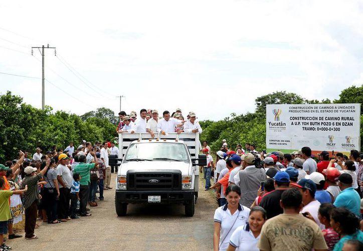 El Gobierno estatal construye caminos rurales en beneficio de municipios del Sur. En la imagen, el gobedrnador Rolando Zapata Bello durante su gira de la semana pasada por el interior del Estado. (Milenio Novedades)