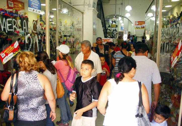 Negocios meridanos se vieron abarrotados de compradores durante la jornada dominical. (Milenio Novedades)