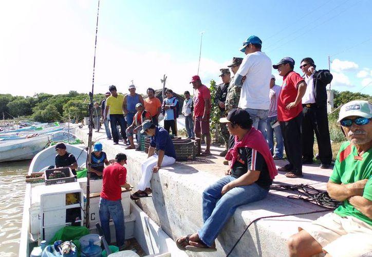 El dueño de la lancha señaló que tuvieron que esperar a que el clima mejorara para volver. Imagen de los pescadores a su llegada a la playa. (Milenio Novedades)
