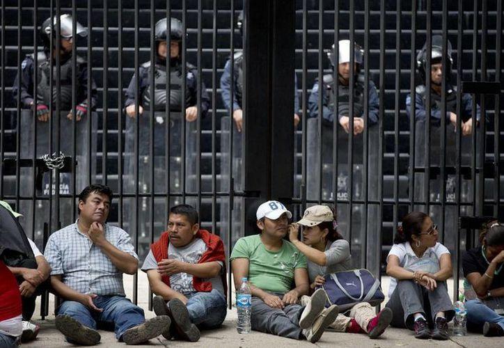 Las protestas de los profesores de la CNTE lograron doblar las manos de los diputados. (Agencias)