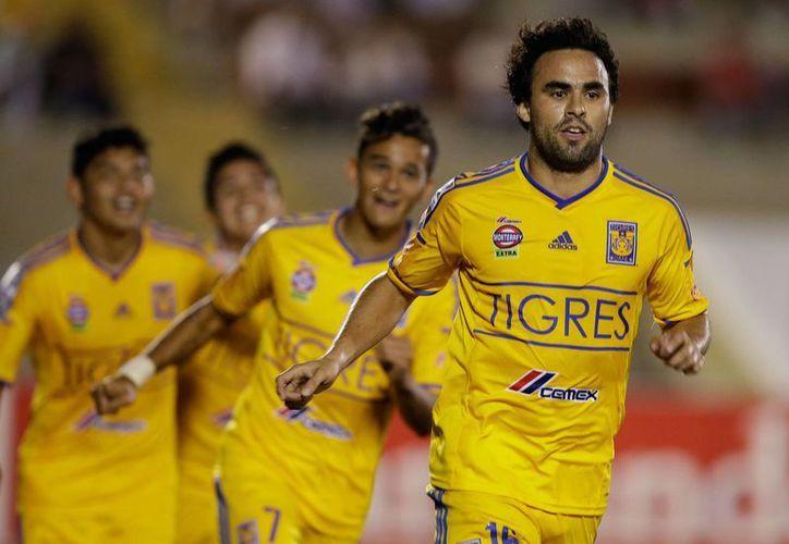 Enrique Esqueda se dispone a celebrar uno de los goles que le metió al Juan Aurich peruano. El delantero de Tigres de la UANL convirtió una tripleta en partido de Copa Libertadores ganado 5-4 por los felinos. (Foto: AP)