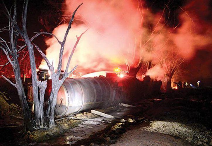 La explosión de la pipa en San Miguel Zapotal, municipio de Huimanguillo, que dejó 20 muertos y 10 heridos. (zocalo.com.mx)