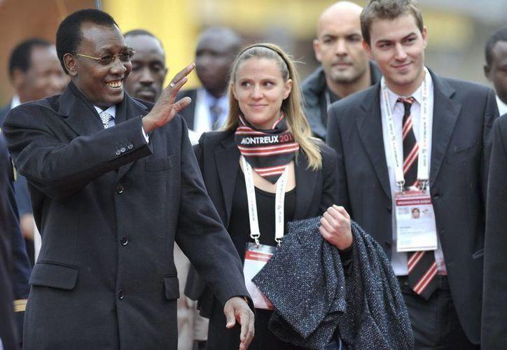 El presidente de Chad, Idriss Deby Itno (izq) saluda a un grupo de niños a su llegada a la Cumbre de la Francofonía en Montreux, Suiza, en octubre de 2010. (Archivo/EFE)