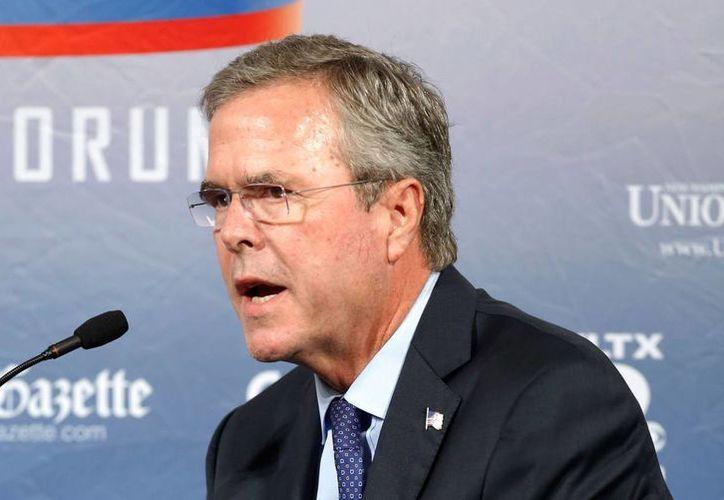 Jeb Bush, en la imagen en un foro este lunes 3 de agosto de 2015, divulgó su plan migratorio antes del primer debate electoral de las primarias de su partido, el próximo jueves. (AP)