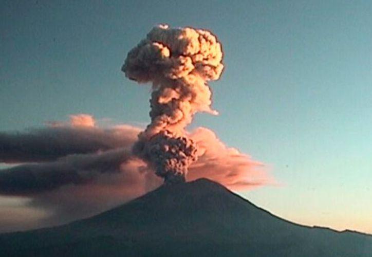 A las 08:32, el Popocatépetl tuvo una nueva exhalación de 2,000 metros. (Foto:  El Popular)