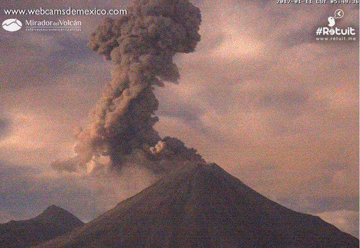 La explosión del Volcán de Fuego provocó una caída de ceniza volcánica en tres municipios de Colima: Villa Álvarez, Cuauhtémoc y Comala. (@LUISFELIPE_P)