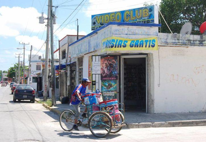 Las bajas en el negocio se han dado a que los estrenos llegan primero a los tianguis. (Tomás Álvarez/SIPSE)