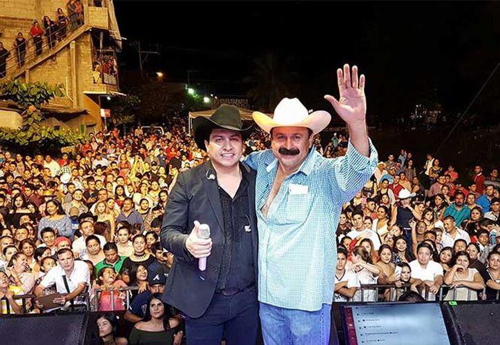 Con botella en mano, el alcalde de San Blas, mejor conocido como Layín, se subió al escenario para bailar y cantar junto a Julión Álvarez, en el municipio de Bahía de Banderas. (Excelsior)