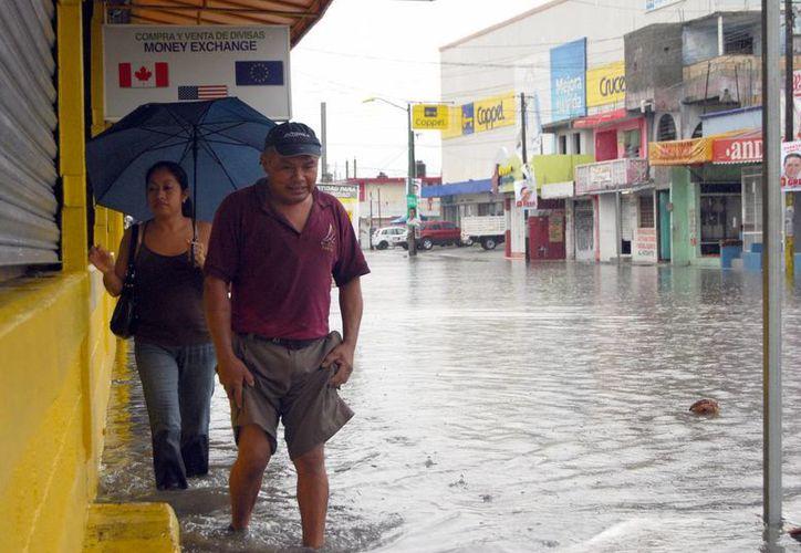 En la prolongación Tulum la mayoría de los comercios se vieron afectados por las lluvias. (Israel Leal/SIPSE)