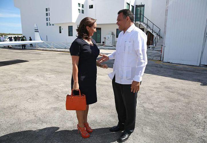 El gobernador Rolando Zapata Bello recibe a la secretaria de Turismo, Claudia Ruiz Massieu, en el aeropuerto de Mérida. (Cortesía)