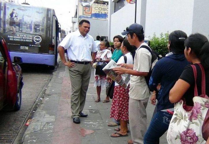 El gobernador Rolando Zapata recorrió la mañana de ayer los paraderos de autobuses del transporte urbano para escuchar las necesidades y dificultades de los usuarios que a diario utilizan el servicio. (Cortesía)