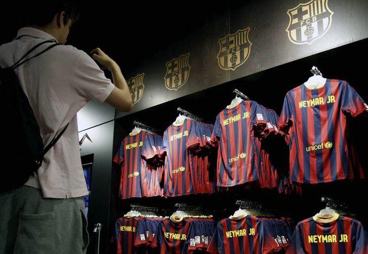 La nueva equipación del FC Barcelona se exhibe en la tienda del museo del club de futbol. (EFE/Archivo)