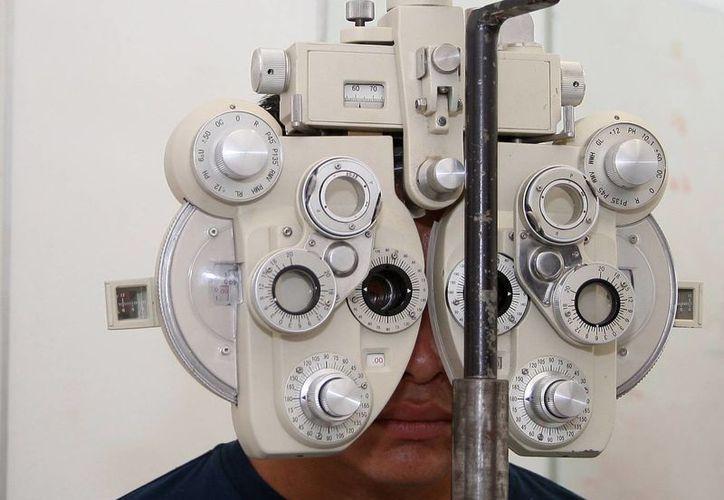 Si el paciente es diabético se recomienda acudir al menos dos veces al año al oftalmólogo para cuidar algunos casos de retinopatía diabética que puede causar ceguera. (Archivo/SIPSE)