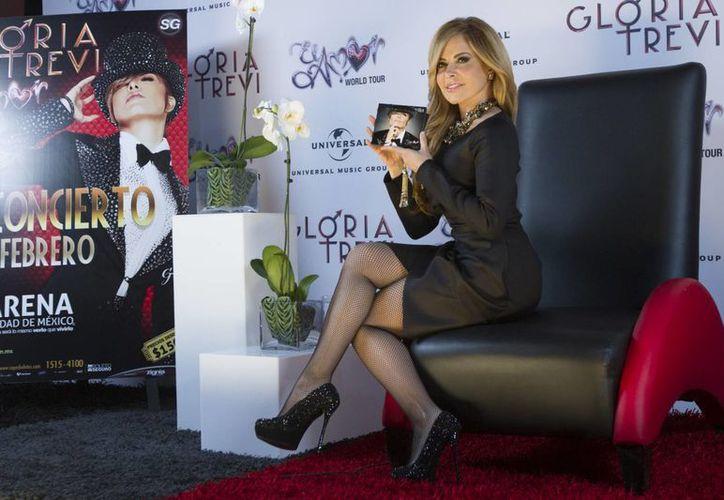 Gloria Trevi recibió este jueves Disco de Platino por las 60 mil copias vendidas de su nueva producción 'El amor'. (Imágenes de Notimex)