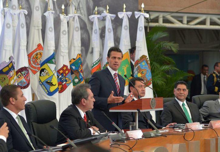 Peña Nieto advirtió en una reunión con gobernadores que no se tolerarán las complicidades entre la autoridad y el crimen organizado. (Notimex)