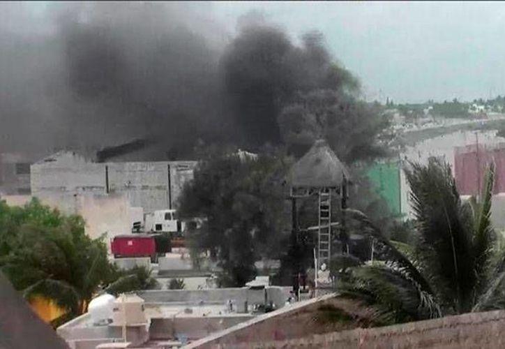 Un barco en el muelle de una congeladora, en Yucalpetén, ardió en llamas por un descuido de quien realizaba trabajos en soldadura en la embarcación. (Óscar Pérez/SIPSE)