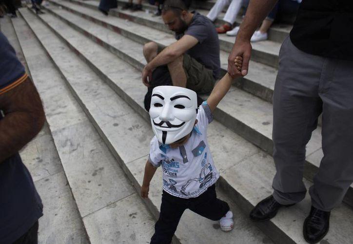 Un niño con una máscara camina en el parque Gezi, cerca de la plaza Taksim, en Estambul, Turquía. (Agencias)