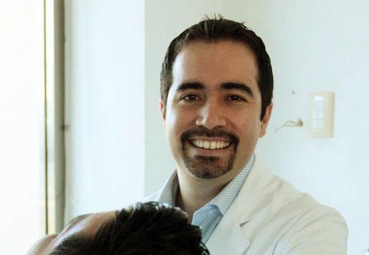 Carlos H. Alayola Cáceres, presidente de la Asociación Dental Yucateca, aseguró que es de suma importancia que los odontólogos se actualicen ya que la profesión ha experimentado muchos cambios en los últimos años. (Milenio Novedades)