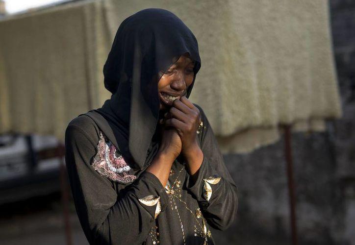 Fatoumata Sawaneh llora al recordar a sus familiares desaparecidos, en Gambia, donde la caída del Gobierno que mantuvo al país en vilo durante 22 años abrió una nueva esperanza para los familiares. (AP/Jerome Delay)