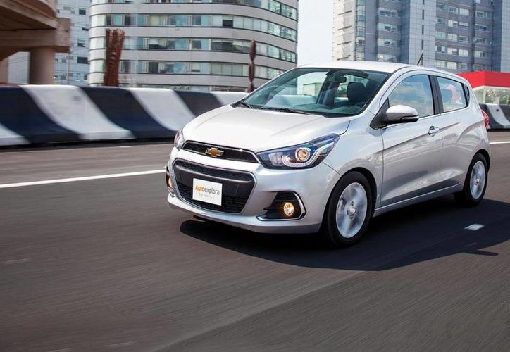 El Chevrolet Spark 2016 entra en la categoría de los autos más rendidores en el mercado mexicano. (Imagen de www.autoexplora.com)