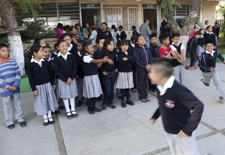 Formación escolar en el primer día de clases en una escuela de Oaxaca, donde los maestros estuvieron en huelga durante 50 días el año pasado. (Agencias)