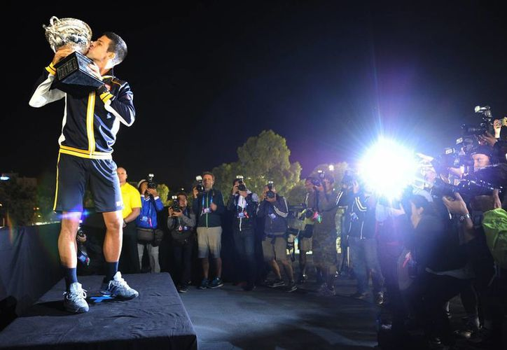 Djokovic es el primer tenista que gana tres veces seguidas el título de Melbourne. (AP)
